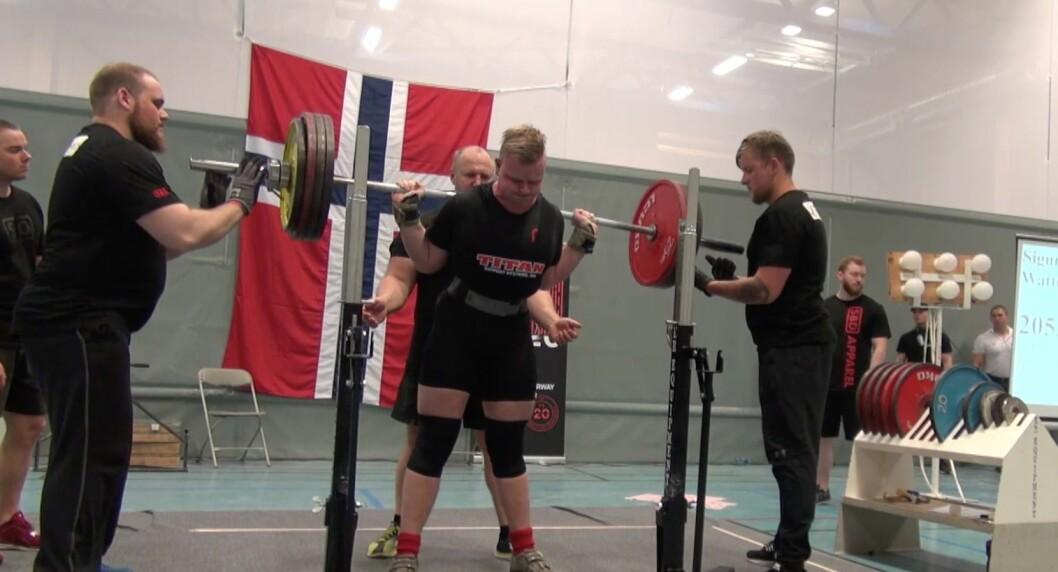 KNEBØY: Det fyrste løftet var på 205 kilo, og enda på heile 227,5 kilo.