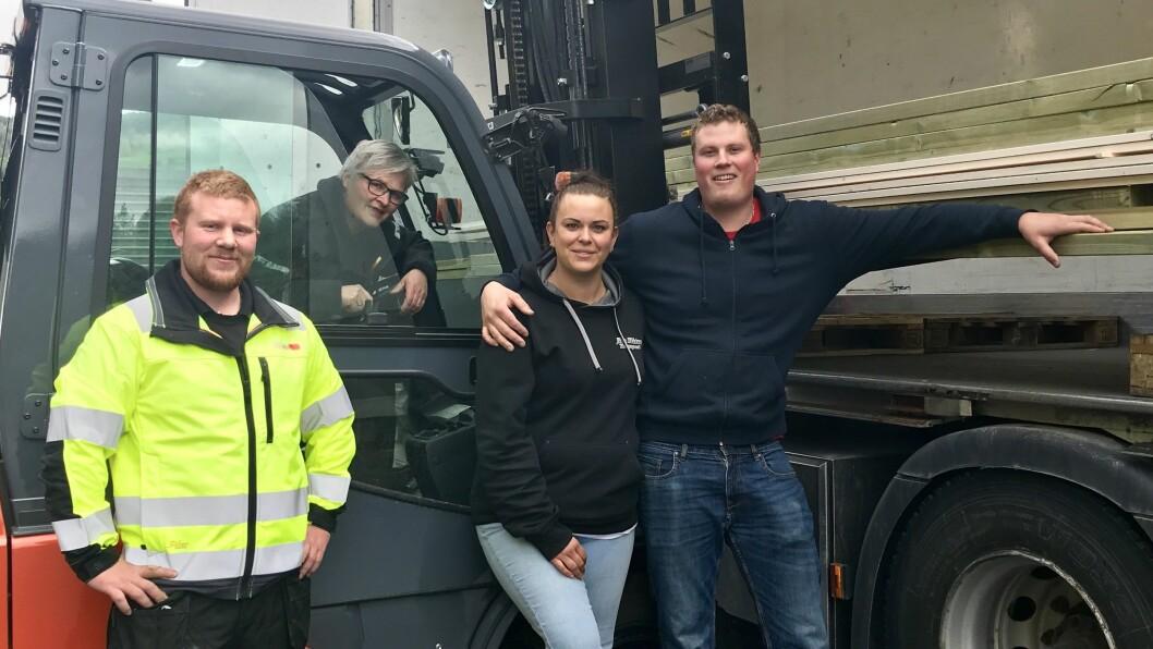STORHANDEL: Beathe Gurvin Sviggum og Bjarte Øvretun (til høgre) fekk hjelp av selgarane Geir Lund og Jorunn Frivik til å få alt byggjematerialet på plass.