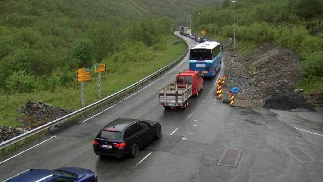 KØ: Ei lang rekke med bilar hopa seg opp i krysset ned til Undredal mellom dei to stengde tunnelane.