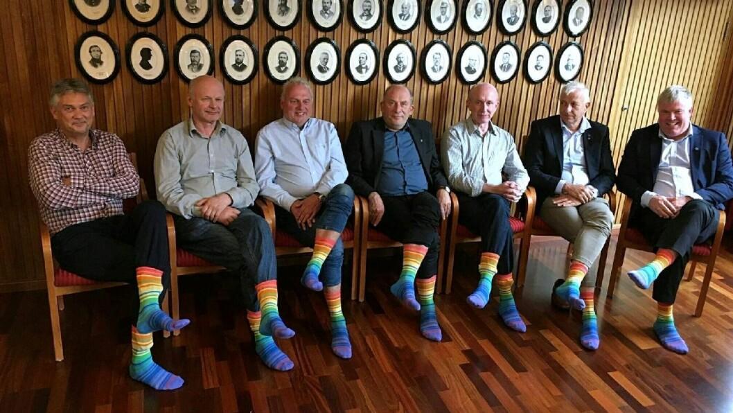 REGIONRÅDET: Ordførarane i fylket syner fram Pride-sokkane sine frå NVRLND.