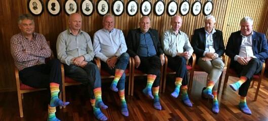 Ivar Kvalen delte ut Pride-sokkar til heile regionrådet