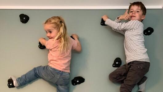 Frida (snart fire) og Lasse (6,5) har klatrevegg på soverommet, og gler seg til å prøve å klatre ut for første gong.