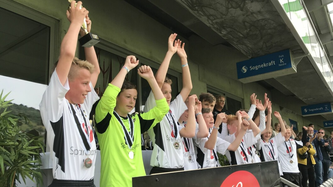 HALVNØGDE: G13-laget til Sogndal jublar for sølv i Lerum Cup.