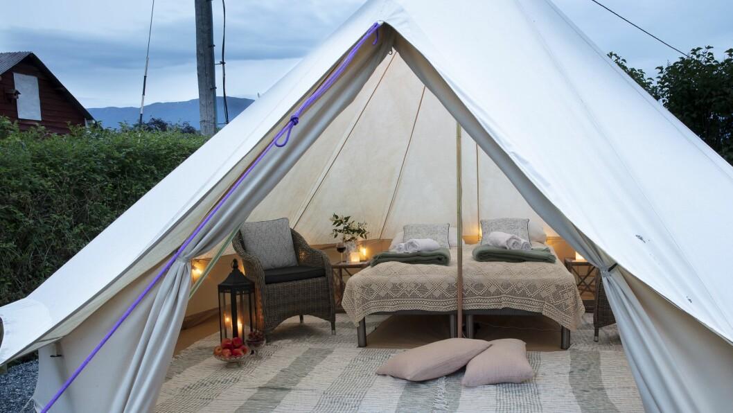 GLAMPING: I Solvorn finn du no desse flotte telta.