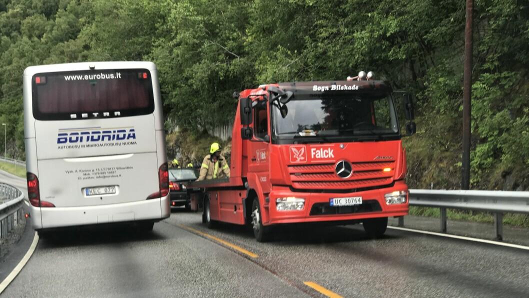 ULUKKE: Ei bilulukke førte til stengt veg mellom Sogndal og Kaupanger søndag.