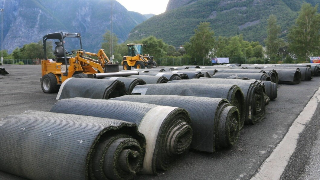FOR DÅRLEG: Det ferske miljøvennlege kunstgraset som blei rulla ut ved Jotun Stadion  for 1,5 år sida, er ikkje brukande slik situasjonen er no.