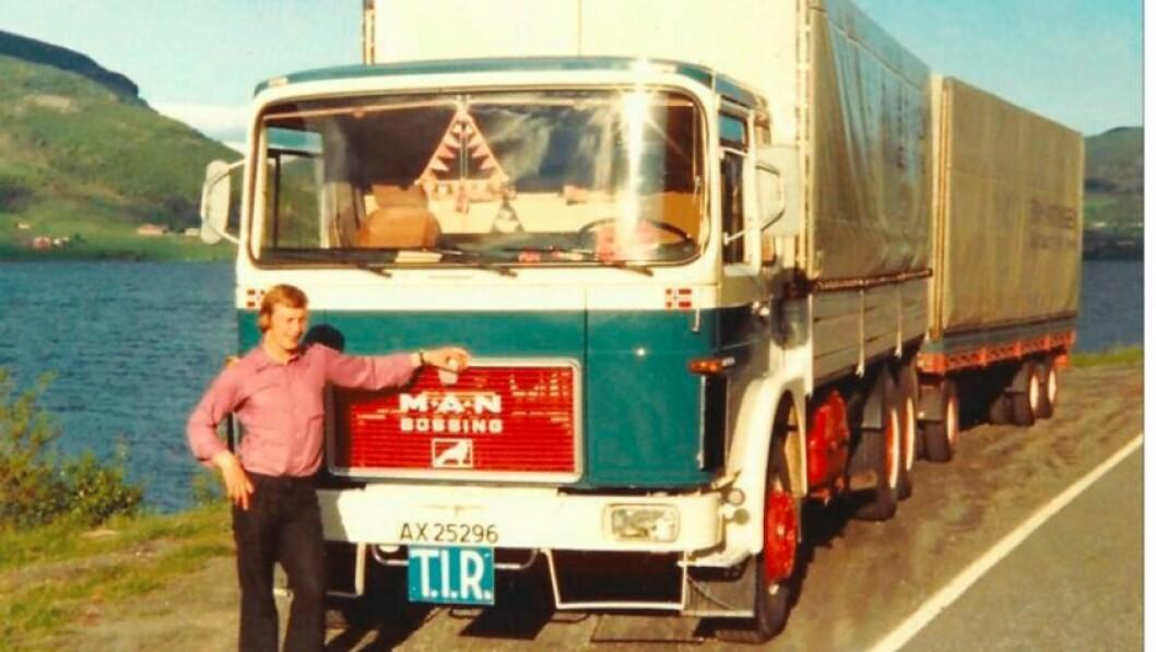 MAN: Ole Birger Rabben framfor ein av dei fyrste bilane til transportselskapet.