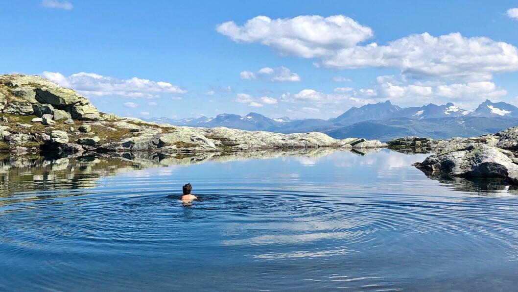 VEKAS FOTO: God badetemperatur i fjellet, melder Magnhild Feten.