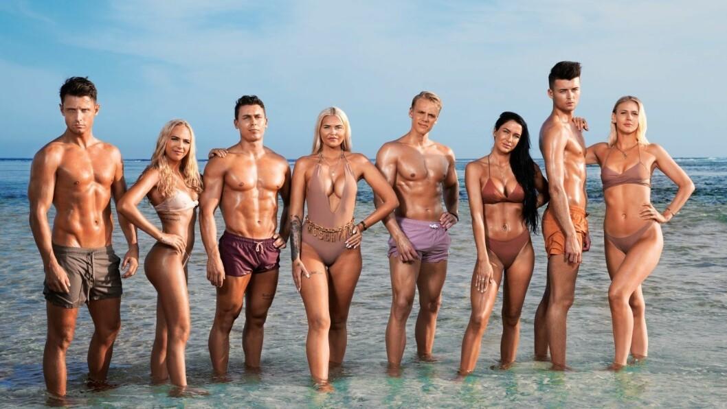 PREMIERE: Victoria Øren Hammer (t.h) frå Årdal er med i årets utgåve av realityserien Ex on the Beach. Tysdag braka det laust, og Hammer lova kaos og underhaldning.