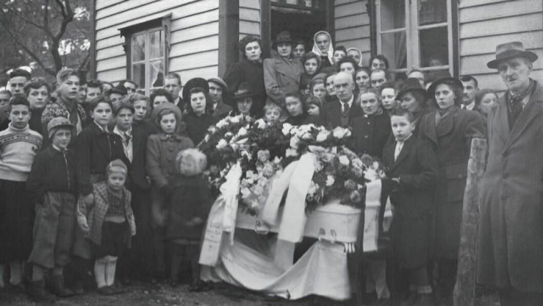 GRAVFERD: Peder Indrelid Holsæter Gjerde døydde i 1930 av kreft, 70 år gamal. Han etterlot seg kona Ingeborg Holsæter Gjerde, f. Hæreid og ein ungeflokk på elleve.