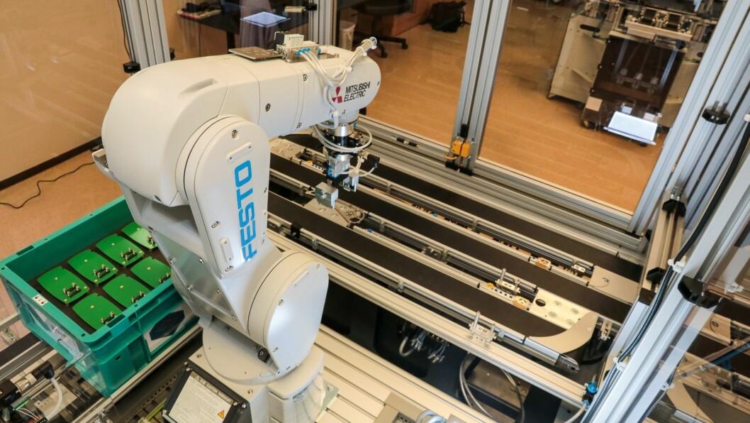 Den eine arbeidsstasjonen er ein robot. For nei, industrirobotar har ikkje to armar, bein og auge. Dei har som regel berre ein arm. Men den har avanserte rørslemoglegheiter, og kan programmerast til å utføre svært eksakte arbeidsoperasjonar.