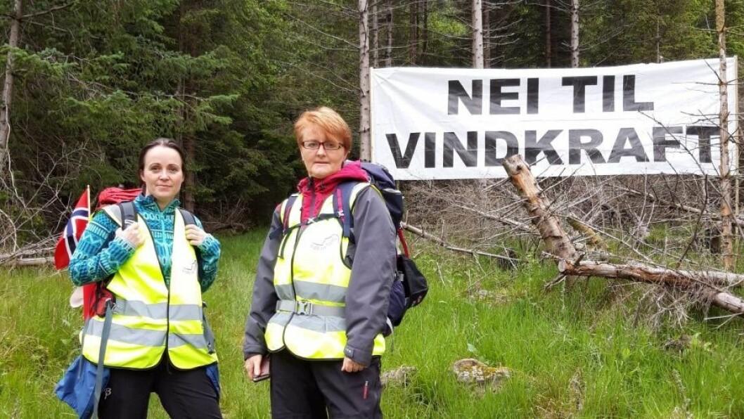 Engasjerte: Mona Hjartholm (t.h.) og søstera Kjersti Hjartholm er begge engasjerte i vindkraftsaka. Dei ønskjer ikkje utbygging av vindindustri i fjella.