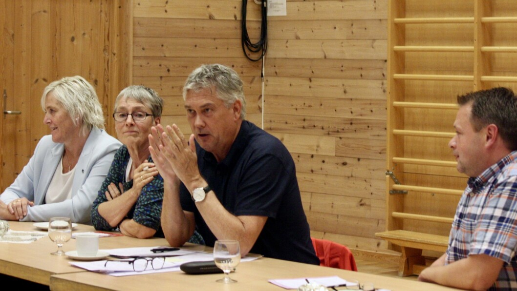 Monica Tjønnås (H), Ingunn Kandal (Raudt), Petter Sortland (Ap) og Geir Helge Østerbø (Sp) deltok på paneldebatt på Nesse oppvekstsenter torsdag.