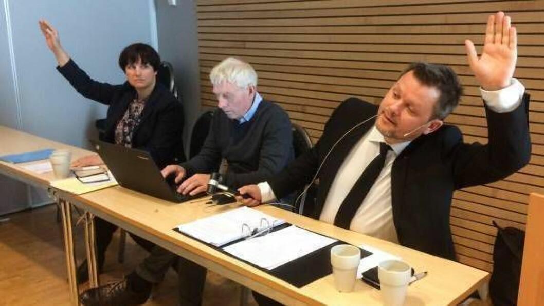 MELLOMBELS RÅDMANN: Avtroppande rådmann i Leikanger kommune, Odd Arve Rakstad (midten), er tilsett som mellombels rådmann i nye Sogndal kommune.