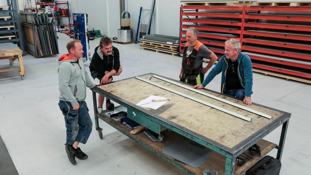 Snart klar: Willy Jensen (til høgre) organiserer dei siste tinga som skal være på plass før Årdal Blikkenslagerservice AS har flytta, fullt og heilt.