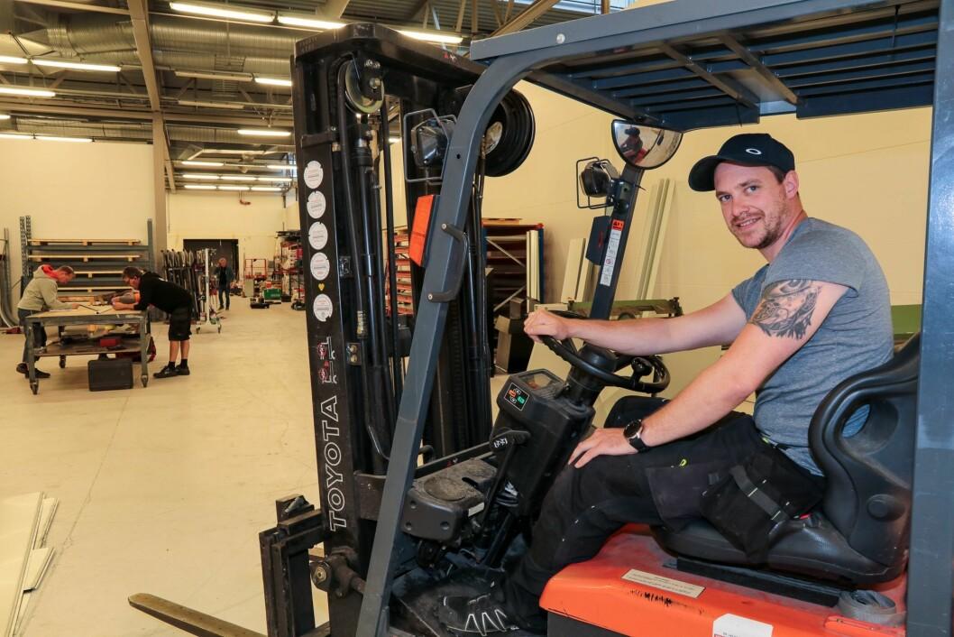 «Kontorplassen»: Dennis har allereie kontorplass i Siva Årdal Næringssenter, men er også ein kar som er med «på golvet».