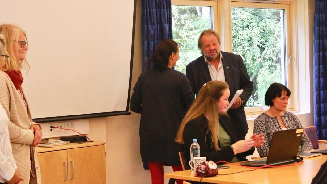 KAMPANJE: Linda Hantveit frå organisasjonen Folk for Fjella overrekte underskriftene dei har samla blant folk i Gulen til ordførar Hallvard Oppedal (Sp).