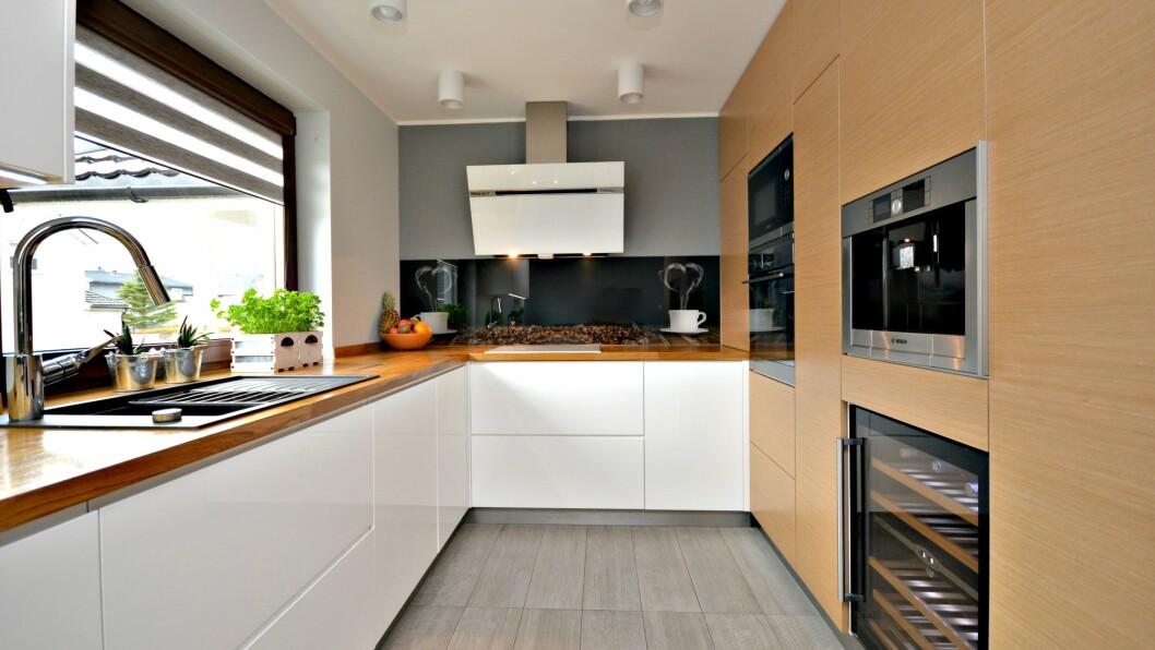 MODERNE: Grandavegen 2 har eit moderne kjøken.