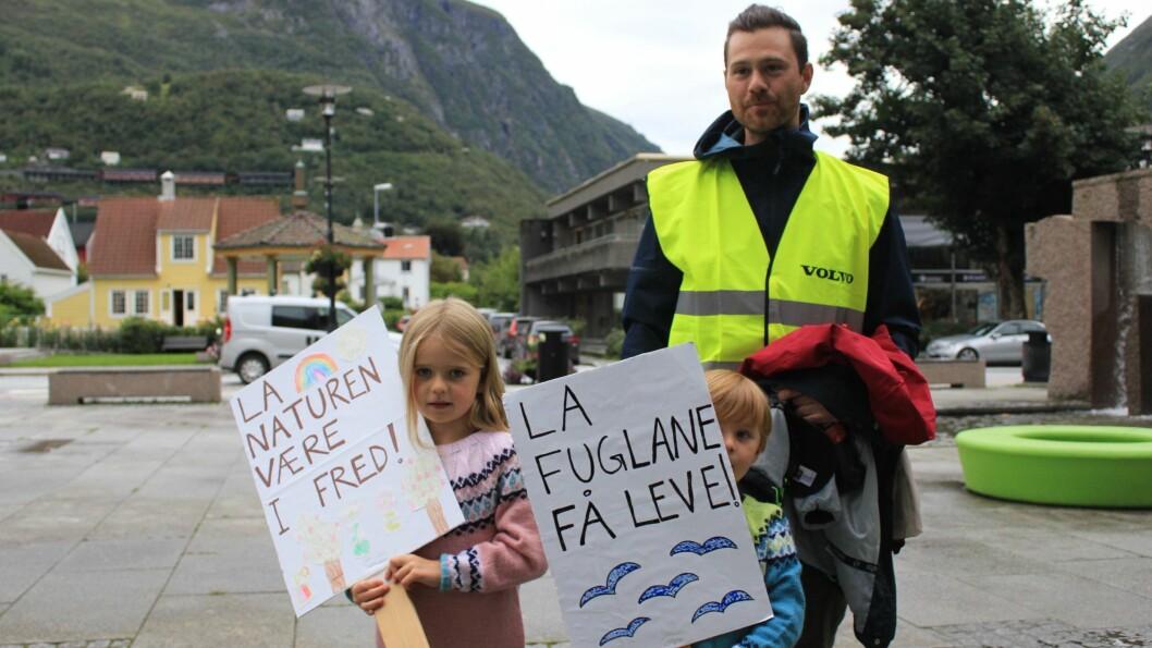 SMÅ OG STORE: Mathias Hatlestad Larsen og ungane hadde laga klar plakatar til demonstrasjonen utanfor samfunnshuset.