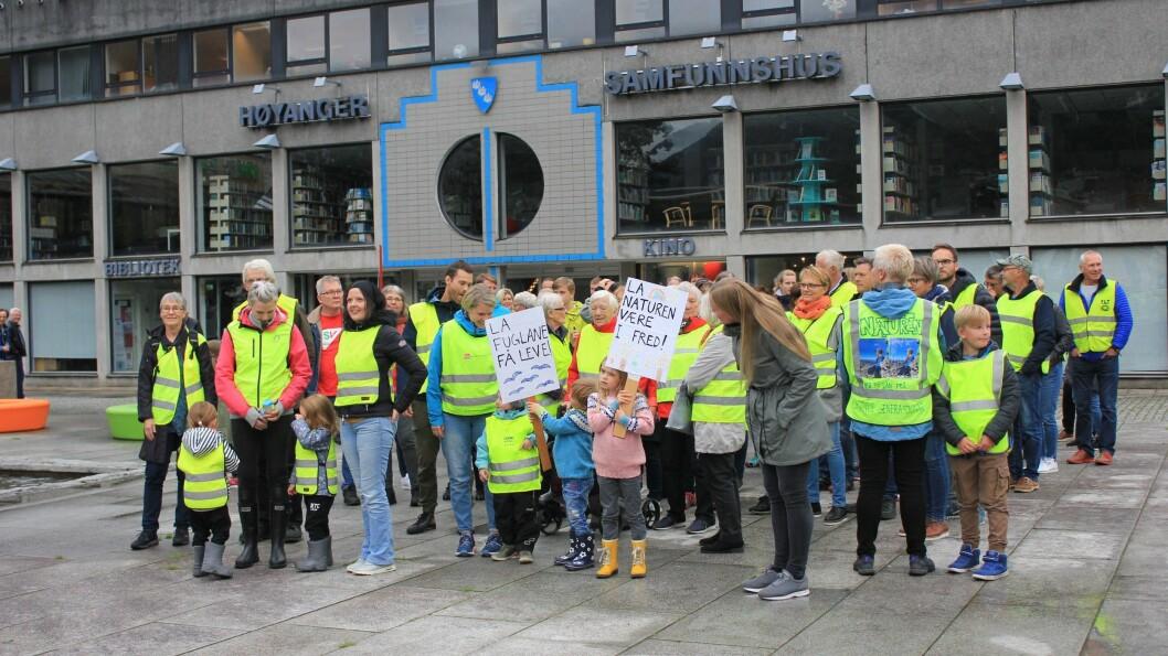 SAMLA FLOKK: Mange på folkemøte var i mot at det skal bli vindmølleutbygging i Høyanger. Nokre av dei møtte opp like før møtet for å protestere.