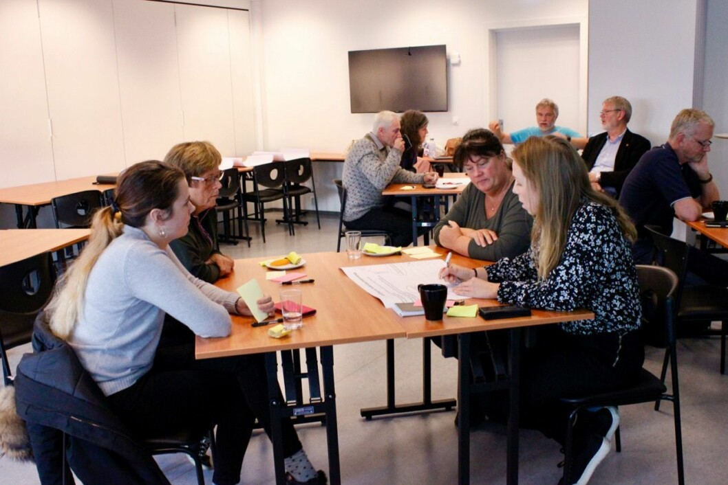 IDÉMYLDRING: Deltakarane på møtet jobba i grupper med å tenkje på kva som er positivt og kva som kan bli betre i Gulen og Masfjorden no, og korleis dei ønskjer at det skal vere i framtida. Frå venstre: Karianne Ekre frå Masfjorden, Turid Westervik frå Gulen, Monica Rongve frå Gulen og Hildegunn Opdal frå Gulen.