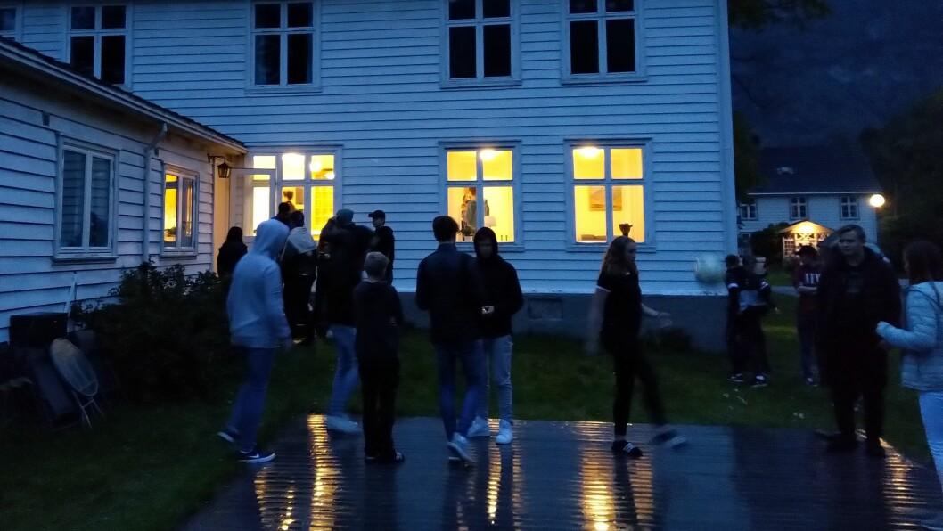 SYNFARING: Ungdomen i Lærdal var torsdag kveld på synfaring i Doktarheimen, for å å lettare kunna ta stilling til ei flytting av ungdomsklubben.