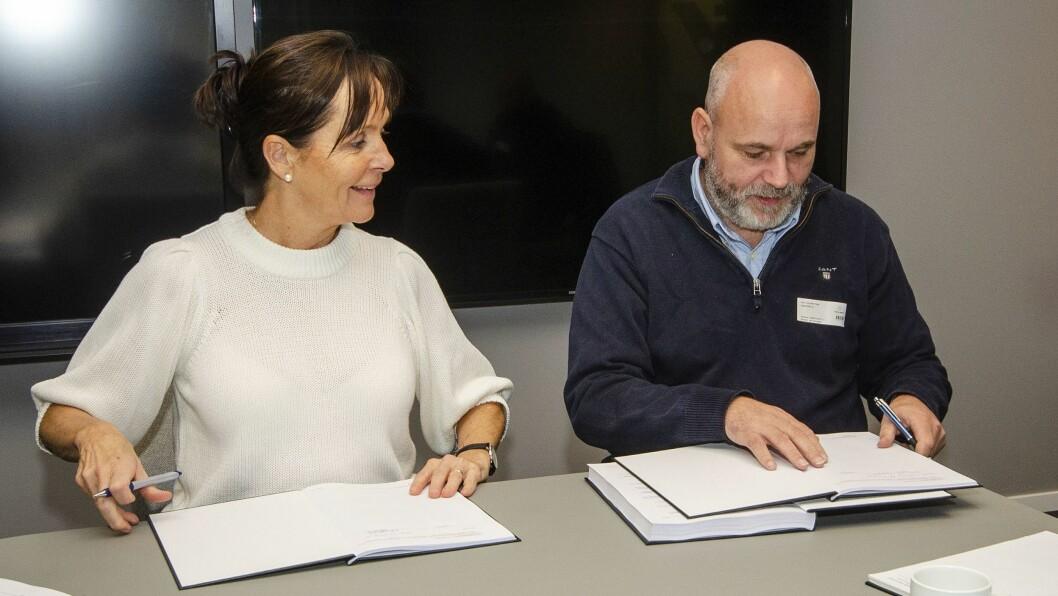 SIGNERT: Fungerande regionvegsjef Tone Oppedal og dagleg leiar Ole Petter Flage signerer kontrakten.