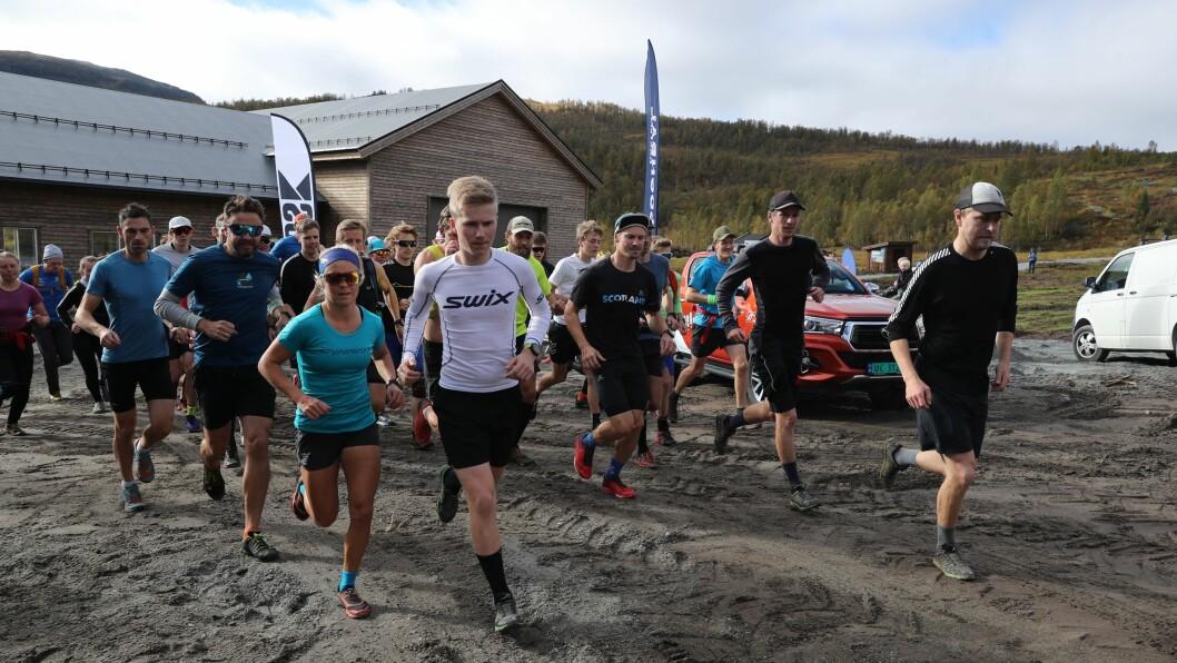 NYTT LØP: Nesten 50 løparar stilte til start for å testa ut Hodlekve Rundt. Arrangør Steinar Nes (heilt til høgre) la seg i tet ut frå start.