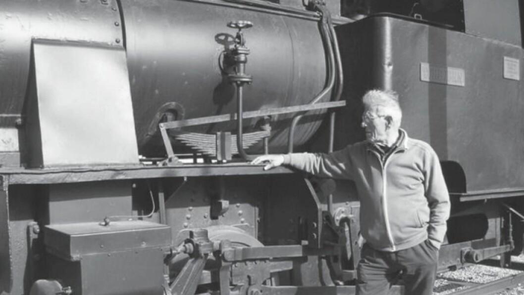 LOKFØRAR: Sigmund Hovland framfor den gamle arbeidsplassen sin.