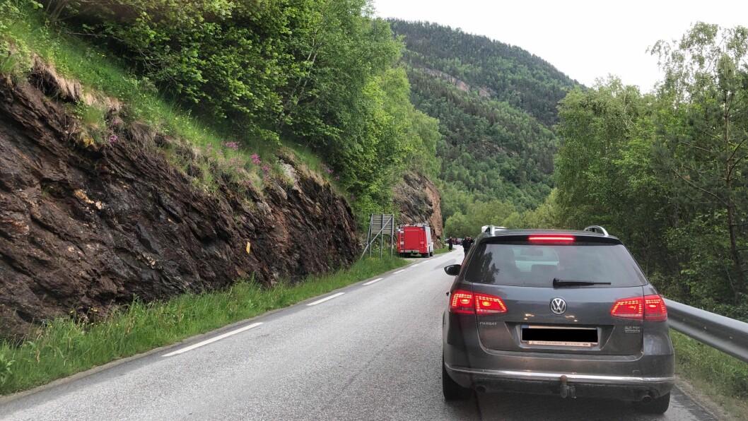 VEGARBEID: På fylkesveg 5637 (tidlegare 331) går Statens vegvesen i gang med sikring av ein mur onsdag. I samband med det vert det innført vegstengingar.