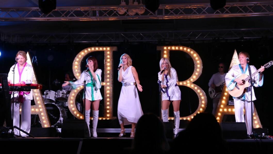 STJERNESHOW: ABBA hadde med seg Olivia Newton John på scena.