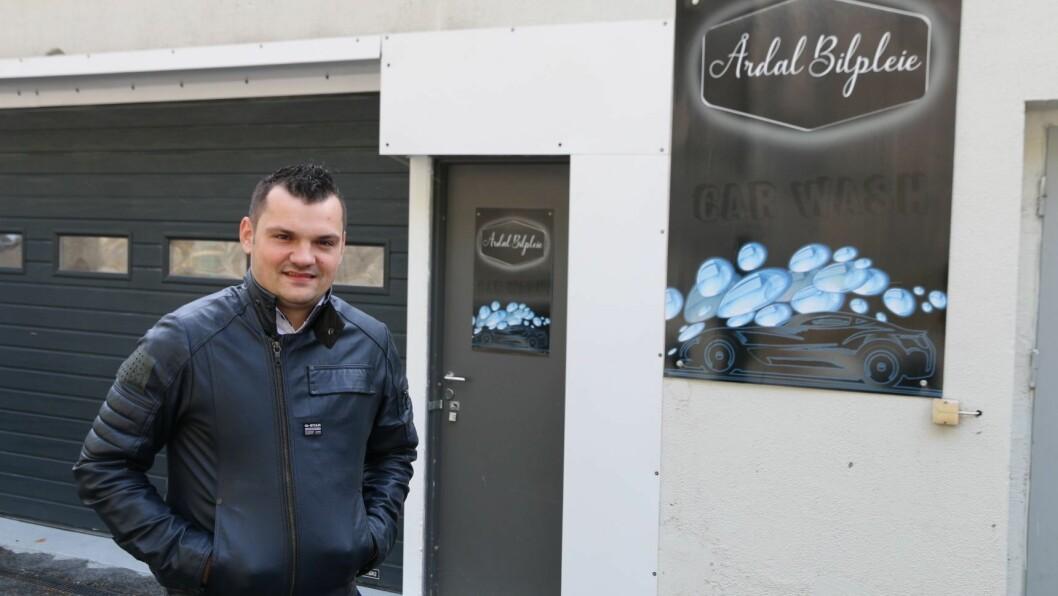 BILPLEIE-DRAUM: Cristian Ene har drøymd om å opna eigen vaskehall i ni år. Tysdag kunne han endeleg opna dørene.