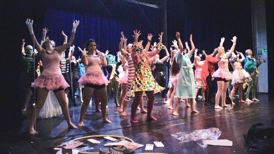 FREAK SHOW: Her øver ungdommane på koreografien