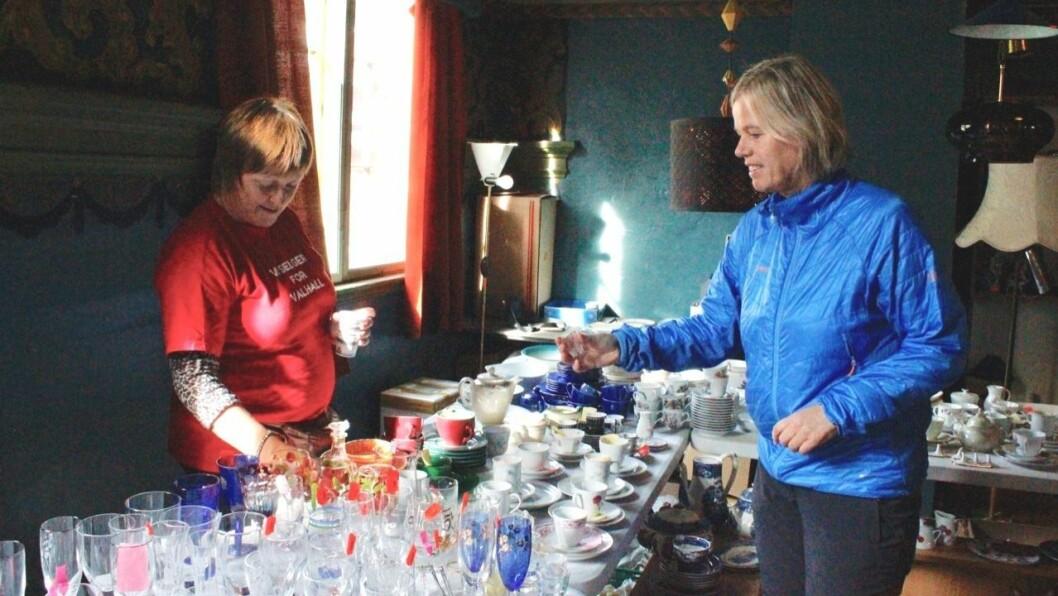 JAKT: Grete Bjørnsen Ulvestad (t.h.) var innom loppemarknaden to gongar laurdag. Gunn Marie Haugen (t.v.) synte fram kva dei hadde å by på.