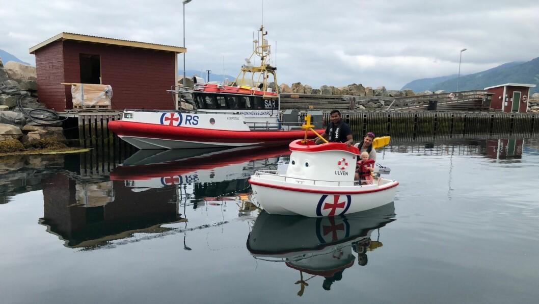 REISE RUNDT MED BÅT: Redningsselskapet skal reise rundt i Indre Sogn med Elias-båten (framme i bilde) og redningsskøyta si for å informere om korleis du kan førebygge at ulukker skjer.
