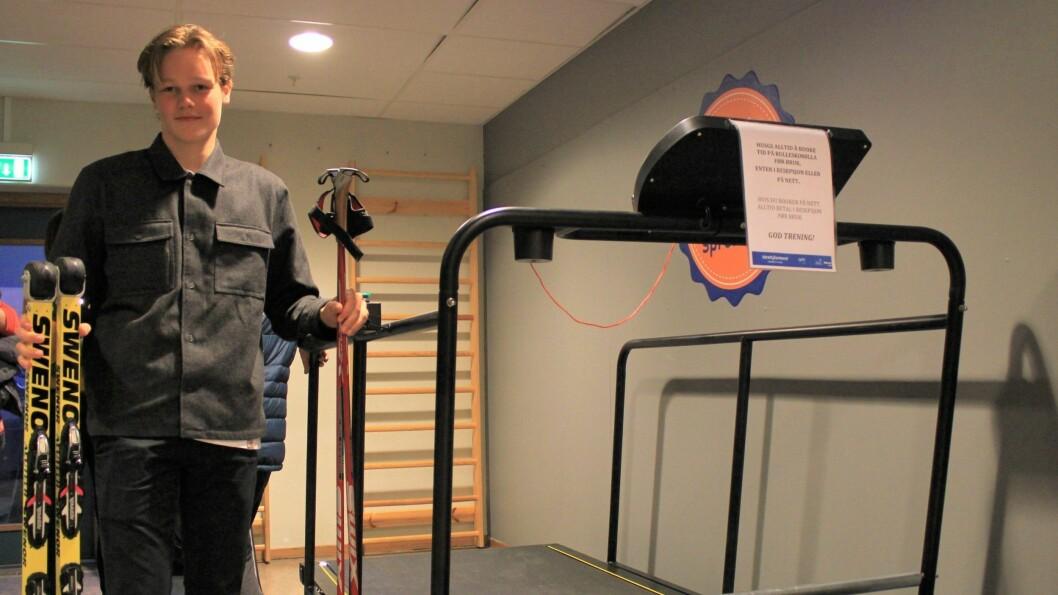 KJØPT INN MØLLE: Langrennselev Hjalmar Michelsen skal prøve å kvalifisere seg til ungdoms-OL 2020. Her ved den nye mølla på Idrettssenteret i Sogndal, som gir han moglegheit til å trene inne.
