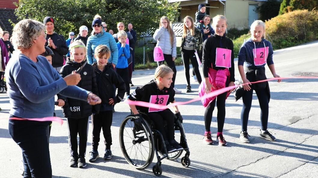 NYVINNING: Rosa sløyfe-aksjonen har blitt arrangert i mange år i Sogndal, men i år var første gongen det vart marsjert til inntekt for den gode saka.
