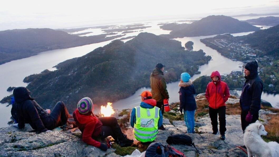 UTSYN: Frå Flolidfjellet har ein god utsikt over Eivindvik og ut i havet. Bålet vart tend klokka 18 saman med ei rekkje andre bål rundt om i landet.