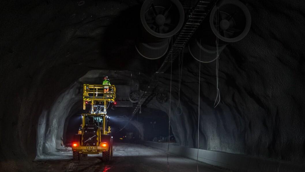 MILLIONSATSING: Den omfattande satsinga på oppgradering av riksvegtunnelar held fram i forslaget til statsbudsjett for 2020. Her frå oppryddinga av Gudvangatunnelen etter brannen i 2019.