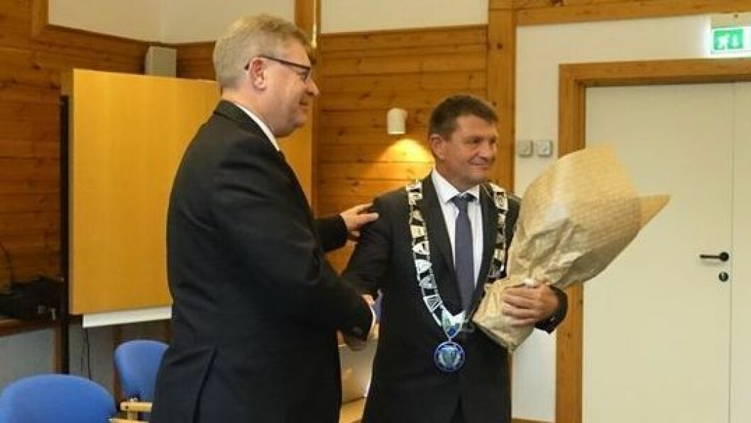 NY ORDFØRAR: Trygve B. Skjerdal (t.h) er den nye ordføraren i Aurland kommune. Her med avtroppande ordførar Noralv Distad.