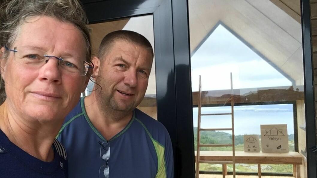 DAGSTURHYTTEJEGERAR: Zwanette Koers og Olaf Sevink ved Vidsyn-hytta i Fjaler kommune.