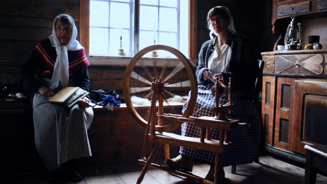 FRÅ ULL TIL GARN: Oddlaug Hammer og Mari Sofie Sandvik viser fram prosessen frå ull til ferdig strikkegarn.