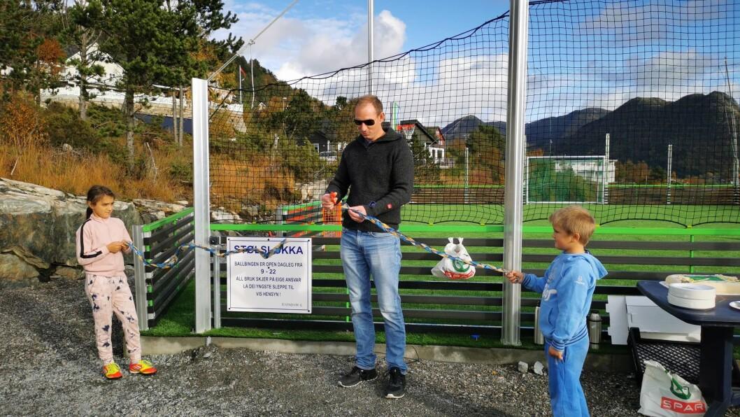OPNING: Rune Håvåg var den heldige vinnaren av namnekonkurranse på ballbingen og fekk lov til å klippe snora.
