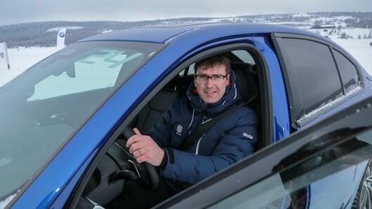 Blind biljournalist? Det tidlegare biljournalisten Lidvar Berge fekk i alle fall eit nytt blikk på heimbygda etter at han byrja å køyre litt fleire turar innover langs fjorden.