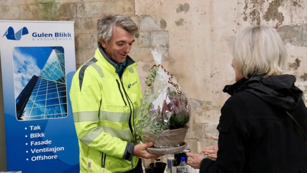OPNING: Rune Larsen i Gulen Blikk og Vedlikehold AS fekk blomster av styreleiar i Gulen og Masfjorden næringsråd, Irene Kjelby Wergeland, i samband med opninga.