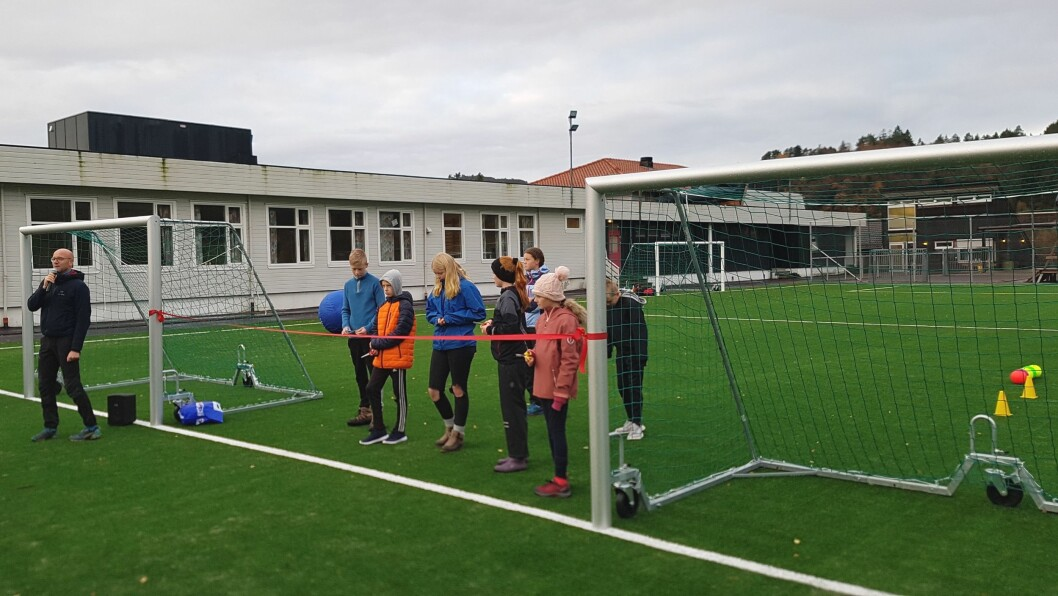 OPNING: Elevrådet ved Eivindvik skule opnar den nye bana offisielt med snorklipping. Atle Skrede frå Sogn og Fjordane fylkeskommune held tale.