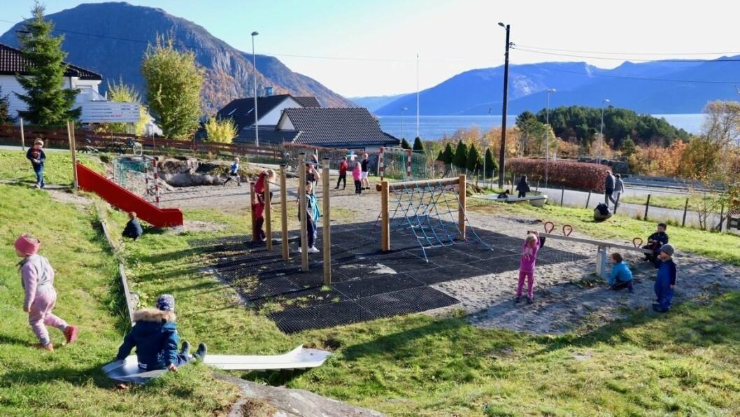 LEIK: Mange born tok i bruk den nye leikeplassen på Austreim då det var offisiell opning søndag. Alle lekeapparata er nye, med unntak av den minste sklia.