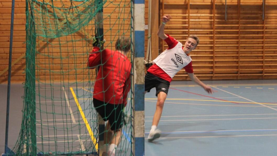 FULL FRES: Det var aktivitet heile natta og god stemning under nattcupen i Høyangerhallen natt til laurdag.