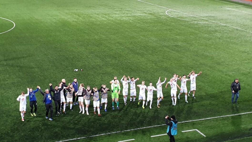 IMPONERTE IGJEN: Spelarane jubla for sigeren framfor ein god gjeng med supportarar som hadde teke turen til Finland.
