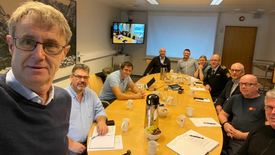 SNAKKA DEKNING: Dekningssjef Bjørn Amundsen i Telenor (til venstre) var fredag i møte med representantar frå Aurland, Lærdal og naudetatane for å diskutera mobildekninga på Aurlandsfjellet.